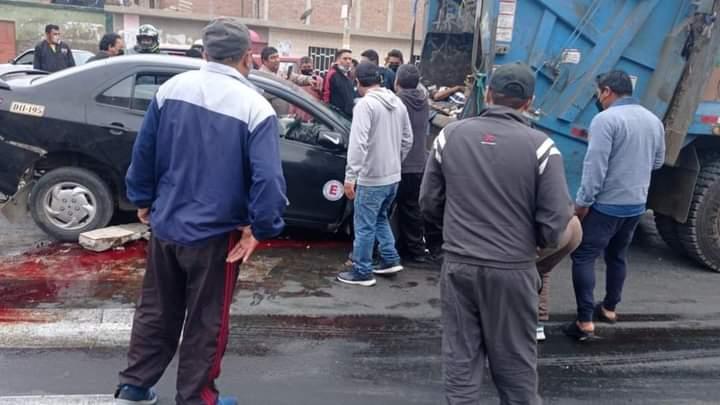 Automóvil manejado por un borracho se empotra contra compactador de basura y aplasta a tres trabajadores de limpieza pública