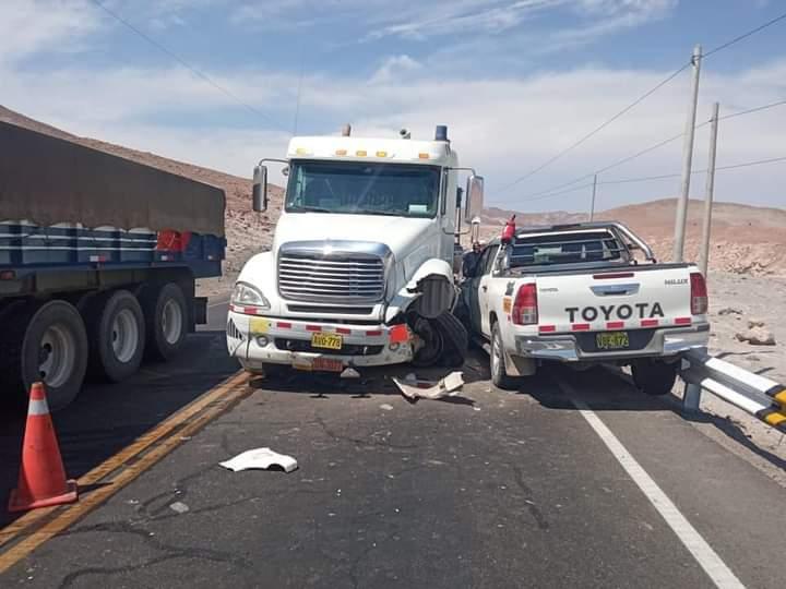 Pudo ser una tragedia. Camión encapsulado invade carril contrario y se estrella contra camioneta en la variante de Uchumayo